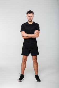 Pełnej długości portret skoncentrowanego młodego sportowca