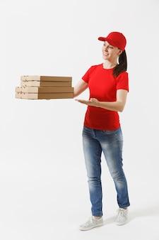 Pełnej długości portret szczęśliwa kobieta w czerwonej czapce, t-shirt, dając pudełka po pizzy zamówienia żywności na białym tle. kurierka trzymając włoską pizzę w kartonowym pudełku. koncepcja usługi dostawy.