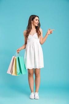 Pełnej długości portret szczęśliwej kobiety w letniej sukience
