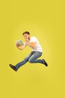 Pełnej długości portret szczęśliwy człowiek skaczący