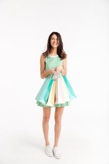 Pełnej długości portret zachwyconej dziewczyny w sukience
