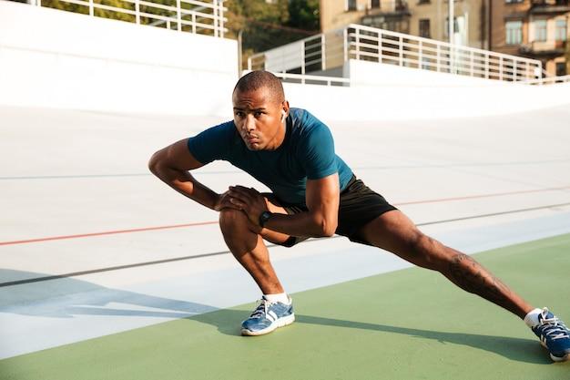Pełnej długości portret zmotywowanego sportowca afrykańskiego