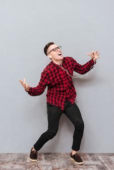 Pełnej długości śmieszne hipster śpiew i taniec w studio.
