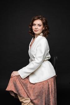 Pełnej długości zdjęcie stockowe modnej pięknej brunetki rasy kaukaskiej
