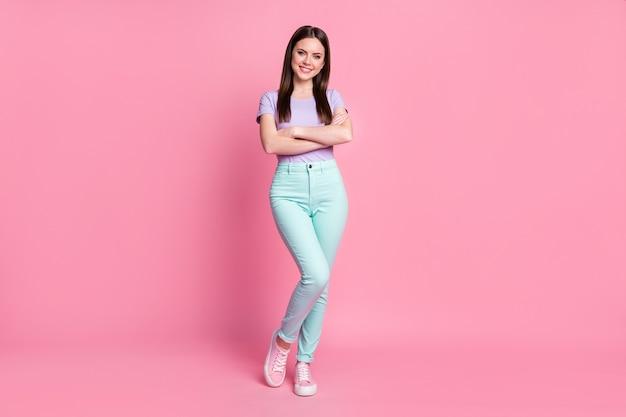 Pełnej długości zdjęcie uroczy biznes dama dobry pozytywny nastrój ręce skrzyżowane ręce pewny siebie szef osoba nosić dorywczo fioletowy t-shirt turkusowy spodnie buty na białym tle różowy pastelowy kolor tła