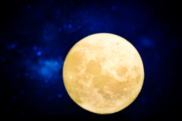 Pełnia księżyca w ciemną noc