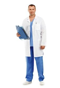 Pełnometrażowy portret młodego lekarza płci męskiej w białym fartuchu i niebieskim zarośla na białym