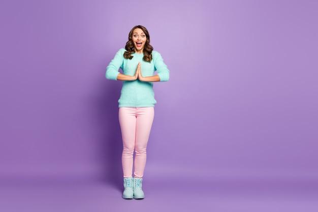 Pełnometrażowy portret szalonej, funky zdumionej dziewczyny czekającej na prezent, pod wrażeniem krzyku wow omg nosić puszyste swetry buty.