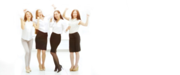 Pełnometrażowy portret triumfującego zespołu biznesowego. zamazany obraz tekstu reklamowego. zdjęcie z miejscem na kopię