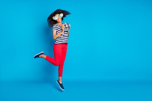 Pełnowymiarowe odwrócone zdjęcie rozmiaru ciała wesołej podekscytowanej skaczącej kobiety