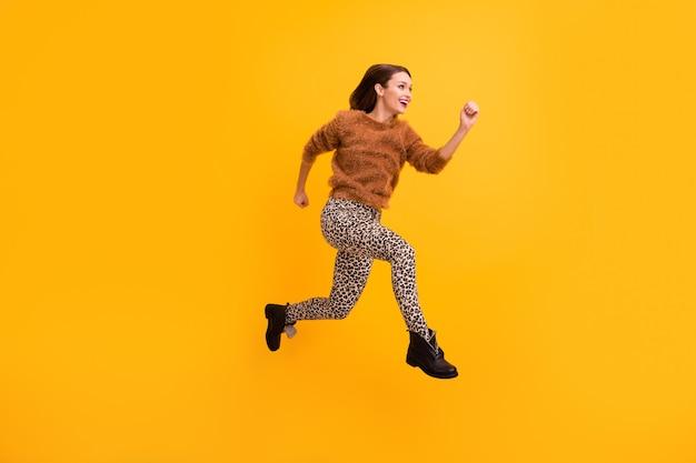 Pełnowymiarowe zdjęcie profilowe ładnej, funky pani skacze z dużą prędkością, pędzi na zakupy w sezonie niskich cen