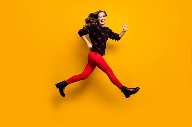 Pełnowymiarowe zdjęcie profilowe ładnej pani skaczącej z dużą prędkością pędzącej niskie ceny na zakupy nosić sweter w serduszka czerwone spodnie buty