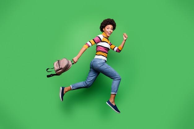 Pełnowymiarowe zdjęcie profilowe z boku funky szalonej afroamerykańskiej dziewczyny jump hold bag run po upadku czarny piątek zniżki nosić jasne błyszczące ubrania