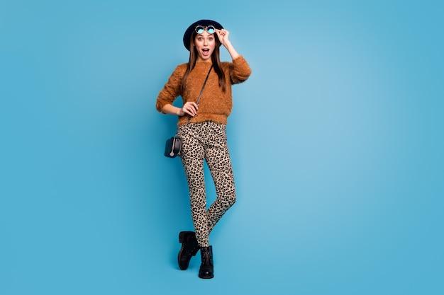 Pełnowymiarowe zdjęcie szalonej, funky dziewczyny dotykowe plamki patrzą patrz zniżki w czarny piątek krzycz krzycz krzycz nosić stylowe modne jesienne ubrania wiosenne izolowane na niebieskiej ścianie