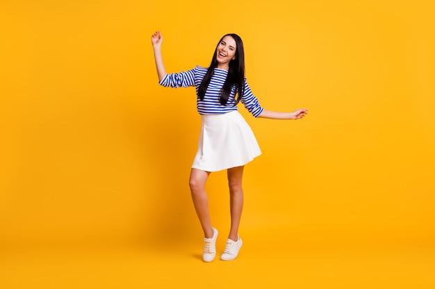 Pełnowymiarowe zdjęcie szczerej podekscytowanej energicznej dziewczyny tańczy letnie wakacje odpoczynek relaks nosić dobry wygląd nastrój strój nogi odizolowane na jasnym kolorowym tle