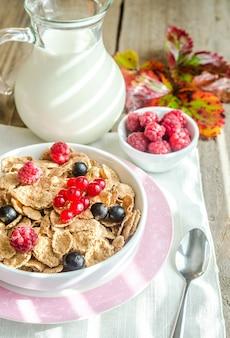 Pełnoziarnista granola z mlekiem i świeżymi jagodami