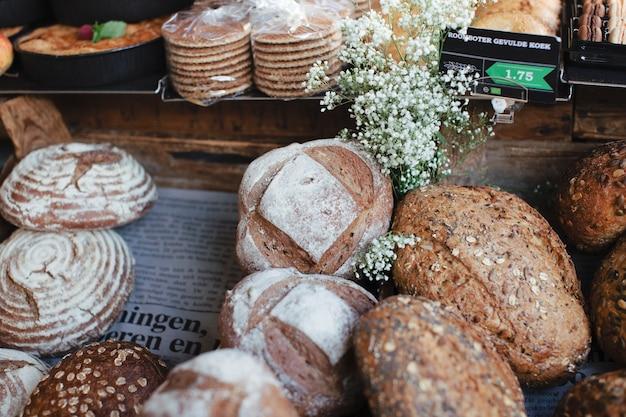 Pełnoziarniste rustykalne bochenki chleba z białymi kwiatami