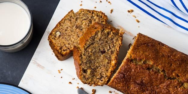 Pełnoziarnisty chleb bananowy na śniadanie