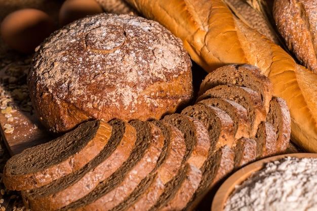Pełnoziarnisty chleb i jajka na drewno stole. odbitkowa przestrzeń.
