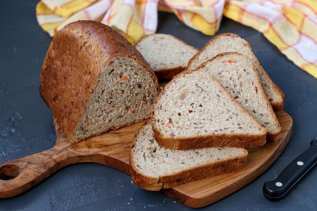 Pełnoziarnisty chleb marchewkowy z nasionami lnu