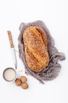 Pełnoziarnisty chleb na tkaninie widok z góry