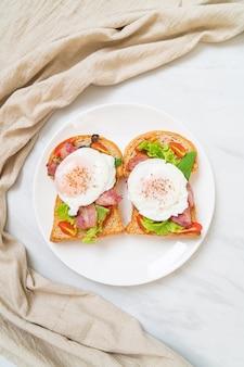 Pełnoziarnisty chleb tostowy z warzywami, boczkiem i jajkami