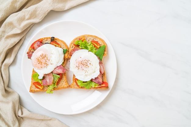 Pełnoziarnisty chleb tostowy z warzywami, boczkiem i jajkiem
