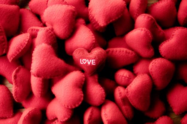 Pełny czerwony serca tło w nieociosanym ciemnym uczuciu
