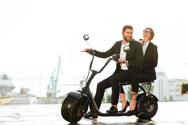 Pełny długość bocznego widoku wizerunek roześmiana biznesowa para
