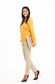 Pełny długość portret atrakcyjna szczęśliwa kobieta