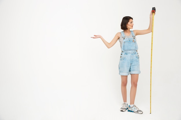 Pełny długość portret kobiety miara ona z taśmą