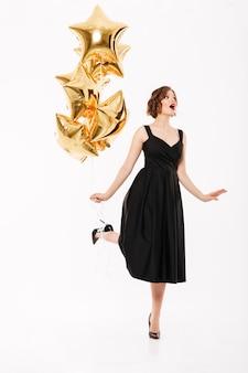 Pełny długość portret ładna dziewczyna ubierająca w sukni