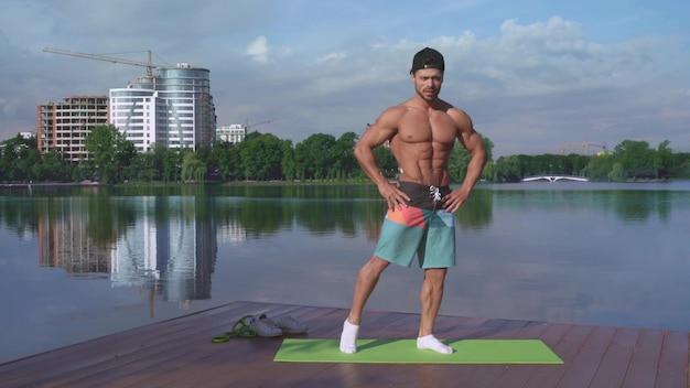 Pełny długość portret mięśniowy faceta szkolenie na świeżym powietrzu