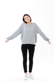 Pełny długość portret młoda cinfused kobieta wzrusza ramionami ramiona