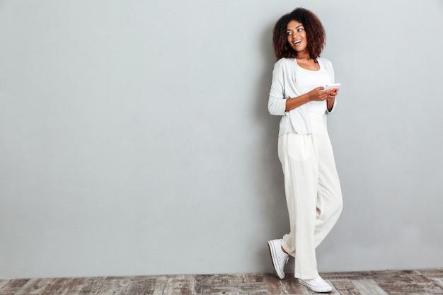 Pełny długość portret młoda przypadkowa afro amerykańska kobieta