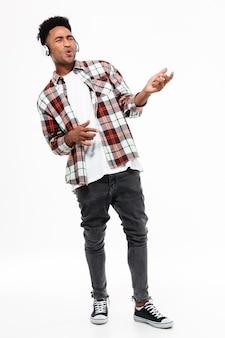 Pełny długość portret młody afro amerykański mężczyzna