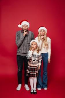 Pełny długość portret piękna uśmiechnięta rodzina