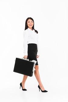 Pełny długość portret pomyślny azjatykci bizneswoman
