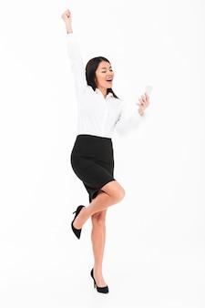 Pełny długość portret radosny azjatykci bizneswoman
