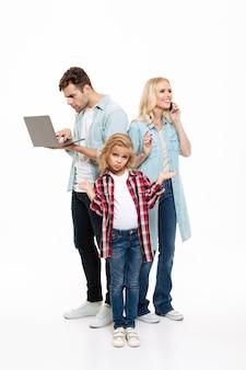 Pełny długość portret rodzina opowiada na telefonie komórkowym