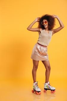 Pełny długość portret rozochocona afro amerykańska kobieta