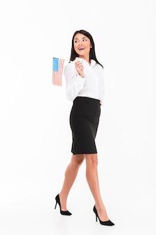 Pełny długość portret rozochocony azjatykci bizneswoman