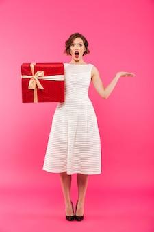 Pełny długość portret szczęśliwa dziewczyna ubierająca w sukni
