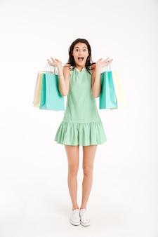 Pełny długość portret szczęśliwa dziewczyna w sukni