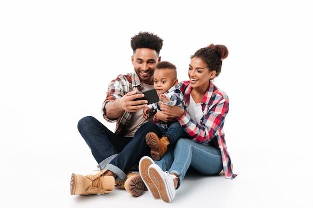 Pełny długość portret szczęśliwa młoda afrykańska rodzina