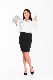 Pełny długość portret szczęśliwy azjatykci bizneswoman