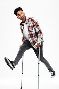 Pełny długość portret szczęśliwy młody afro amerykański mężczyzna