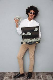 Pełny długość portret szczęśliwy podekscytowany afro american man