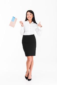 Pełny długość portret ufny azjatykci bizneswoman