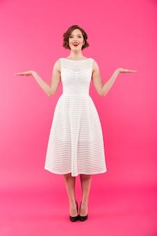 Pełny długość portret uśmiechnięta dziewczyna ubierająca w sukni